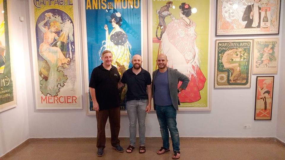 Marc Martí con algunas de las obras de su colección