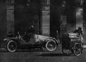 Ramon Casas i Pere Romeu sortint de París. Foto: La Ilustración catalana. 29 d'abril de 1906