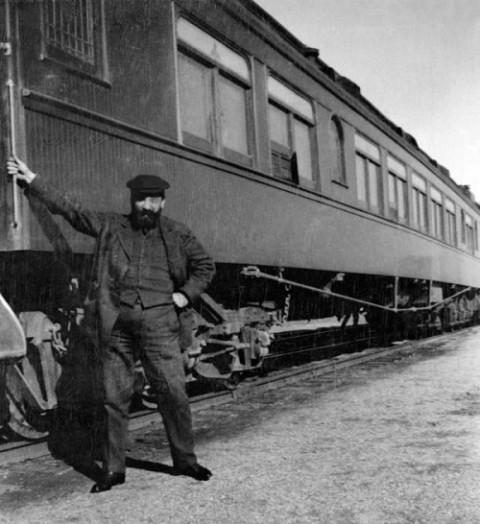 Fotografía de Casas junto a un vagón de pasajeros del Sunset Express, probablemente tomada en diciembre de 1908 durante su primera visita americana.