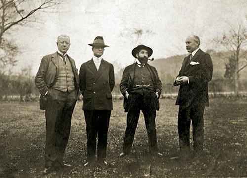 El retrato fotográfico de grupo de esta página nos muestra, de izquierda a derecha, a los hermanos Deering (Charles y James), Ramon Casas y Elbert H. Gary durante la primera estancia del pintor en los Estados Unidos, entre 1908 y 1909.